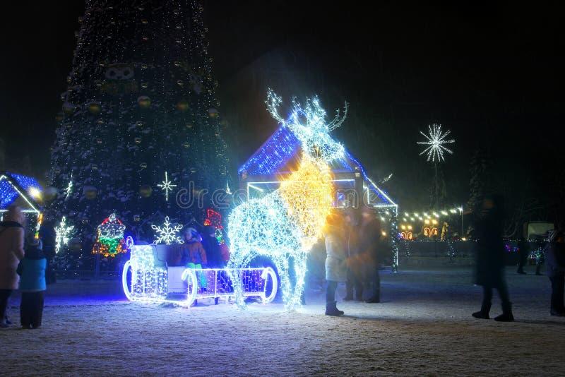 Chernihiv, Ucrania - 21 de diciembre de 2018: Árbol y ciervos del Año Nuevo con los trineos en el centro de ciudad imagen de archivo