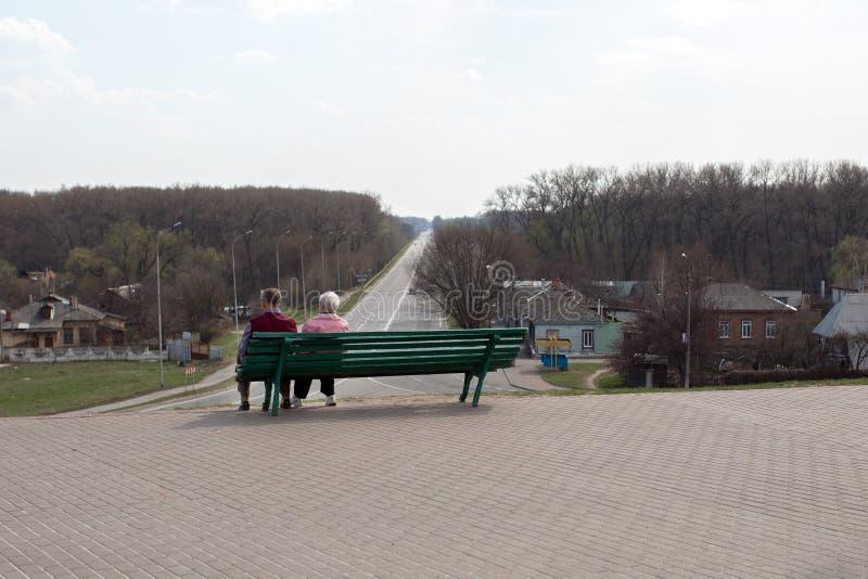 Chernihiv ucrania 12 04 2015 más viejas personas se sientan en un banco y una mirada en la distancia fotografía de archivo libre de regalías