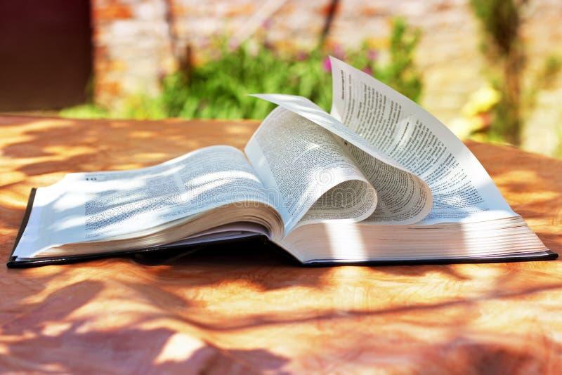 Chernihiv Ukraina - Maj 27, 2019: En öppen bibel på tabellen book livstid arkivbild