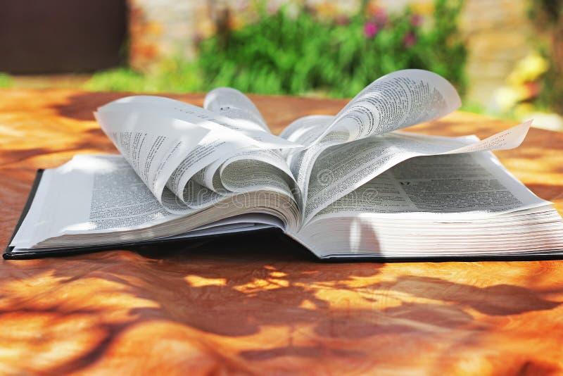 Chernihiv, Ukraine - 27. Mai 2019: Eine offene Bibel auf dem Tisch Das Buch des Lebens lizenzfreie stockbilder