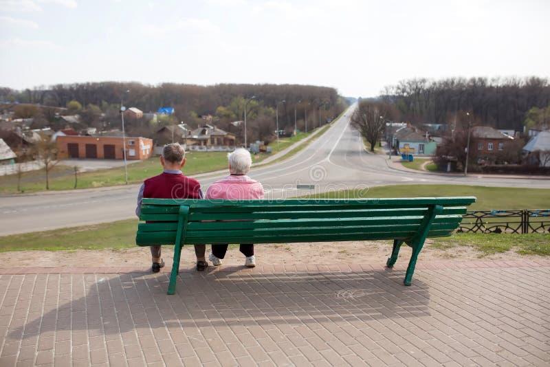 Chernihiv ukraine 12 04 2015 Oudere mensen zitten op een bank en onderzoeken de afstand stock afbeeldingen