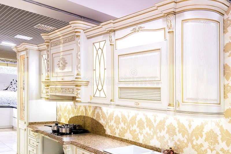 Chernivtsi/Oekraïne-01 05 2019: Klassiek van de stijlkeuken en eetkamer binnenland in beige pastorale kleuren royalty-vrije stock fotografie