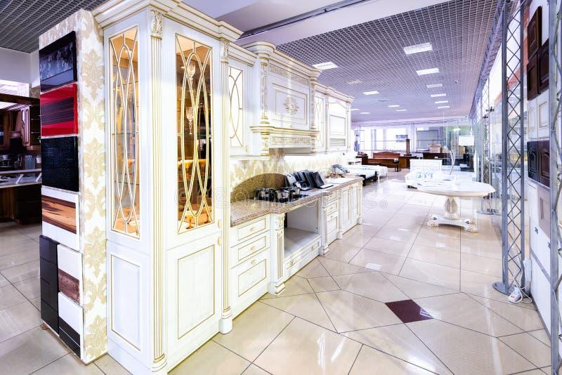 Chernivtsi/Oekraïne-01 05 2019: Klassiek van de stijlkeuken en eetkamer binnenland in beige pastorale kleuren stock afbeelding