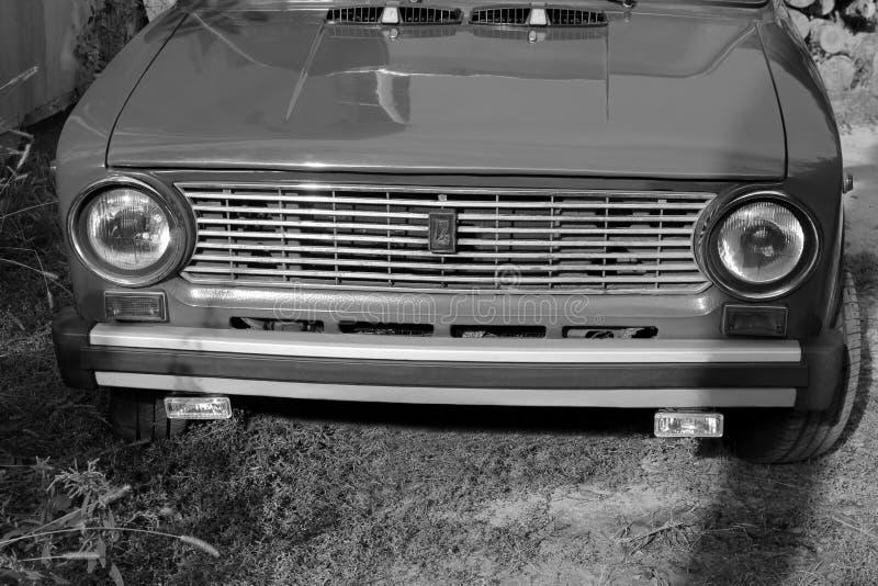 Chernivtsi, Ucr?nia - 13 de setembro de 2018: VAZ idoso 2101 do carro do russo Pequim, foto preto e branco de China imagem de stock