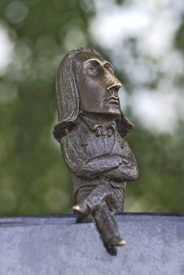 CHERNIVTSI, UCRÂNIA - 17 DE MAIO DE 2019: Pouco estátua de bronze do compositor Franz Liszt fotografia de stock royalty free