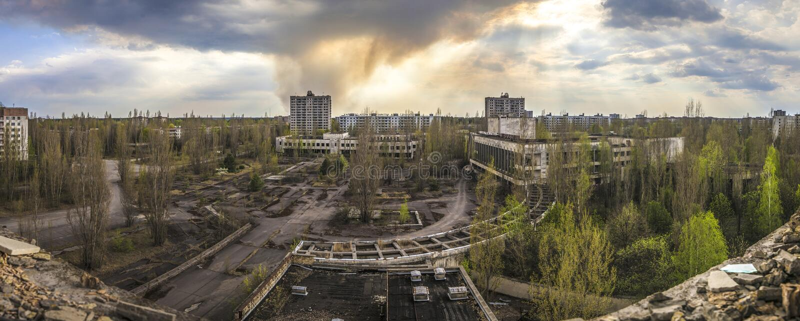 Chernobyl - opinião de ângulo larga de Pripyat fotos de stock royalty free