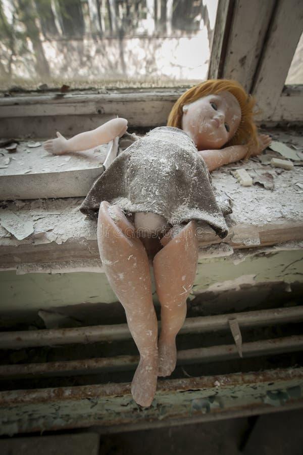 Chernobyl - poupée placée près d'une fenêtre images stock