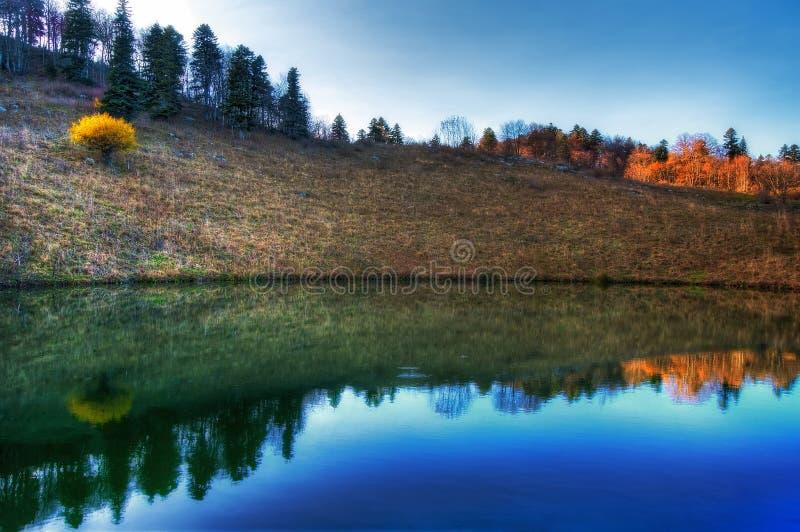 Chernogor山高原的Cheshe湖在高加索山脉 风景剧烈的秋天日落风景 在f的蓝天反射 库存照片