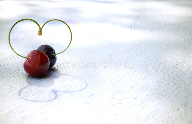 Cherry Heart sobre fondo de madera blanca foto de archivo