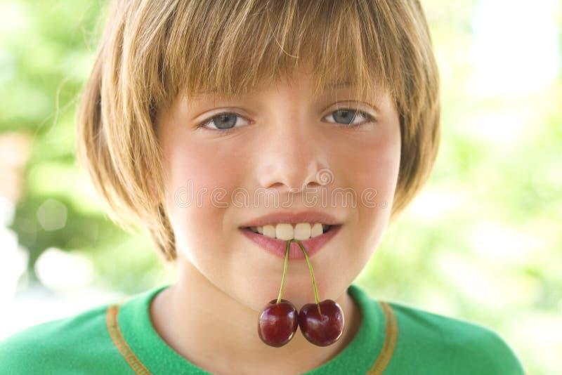 Cherry i munnen royaltyfri fotografi