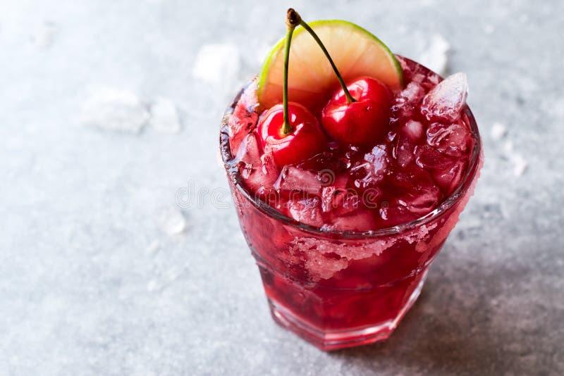 Cherry Margarita Cocktail mit Tequila, Kalk, Salz, Cherry Juice und zerquetschtem Eis stockfotos