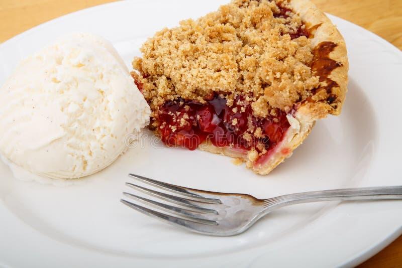 Cherry Pie con helado y la bifurcación fotografía de archivo libre de regalías