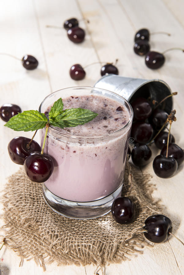 Cherry Smoothie feito fresco imagem de stock royalty free