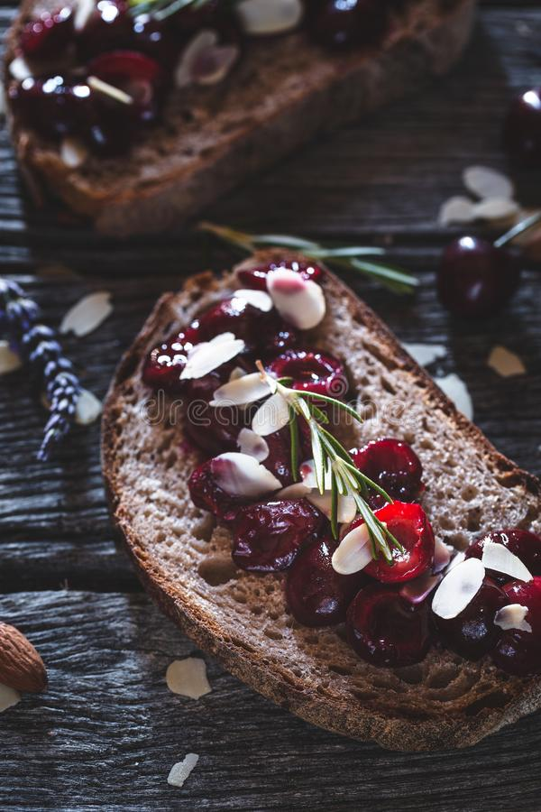 Cherry Toast con la mandorla ed il miele per la prima colazione di estate immagini stock libere da diritti