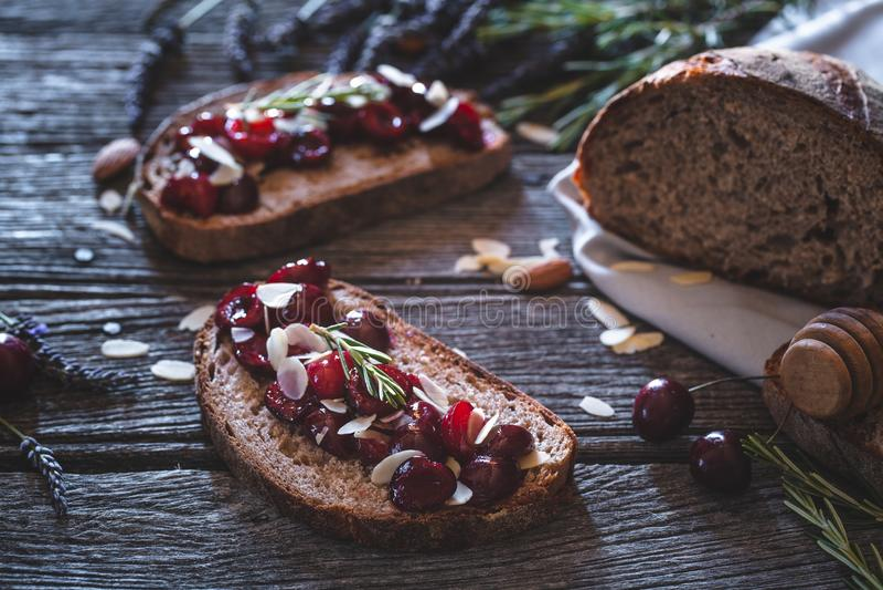 Cherry Toast con la mandorla ed il miele per la prima colazione di estate fotografia stock
