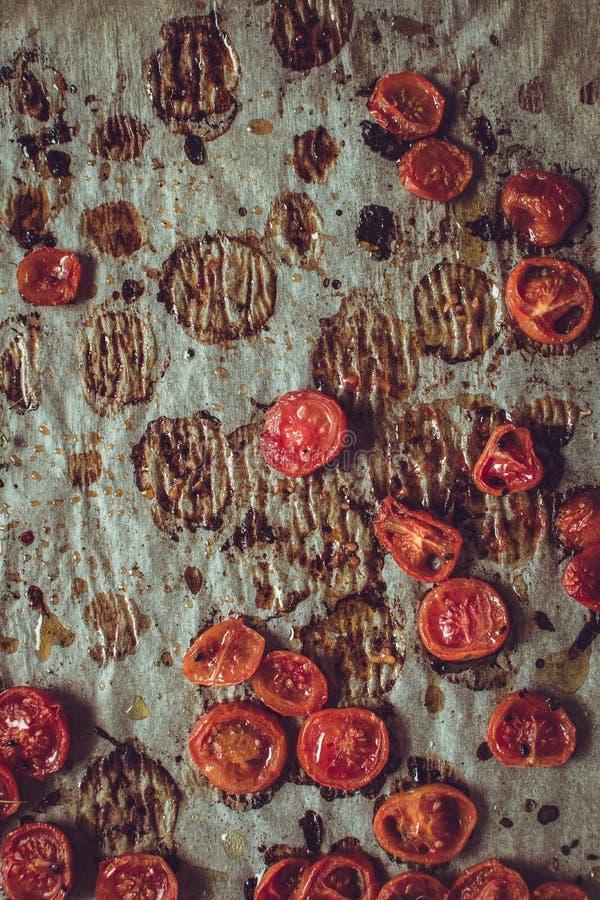 Cherry Tomatoes arrostito con sale, sesamo nero e Olive Oil fotografia stock