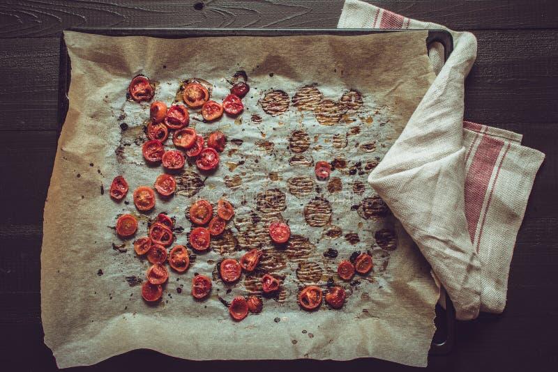 Cherry Tomatoes arrostito con sale, sesamo nero e Olive Oil fotografia stock libera da diritti