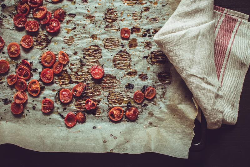 Cherry Tomatoes arrostito con sale, sesamo nero e Olive Oil fotografie stock
