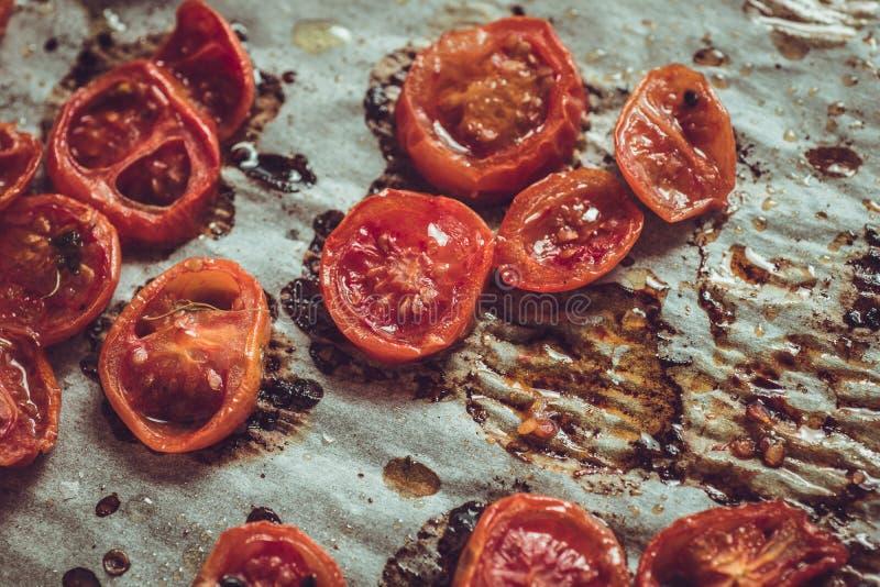 Cherry Tomatoes arrostito con sale, sesamo nero e Olive Oil immagine stock