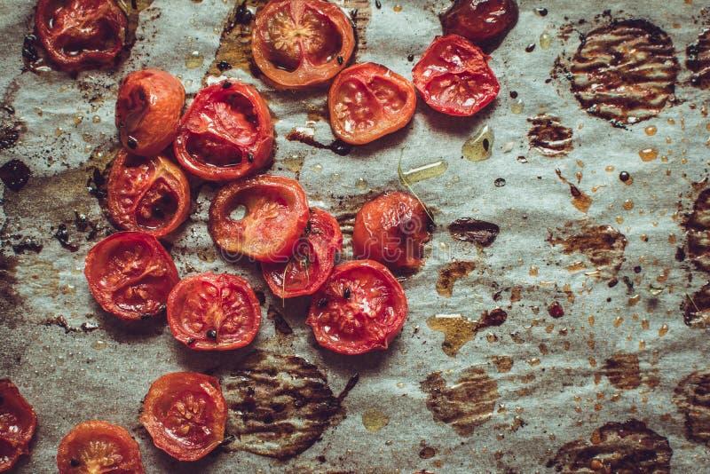 Cherry Tomatoes arrostito su pergamena fotografia stock