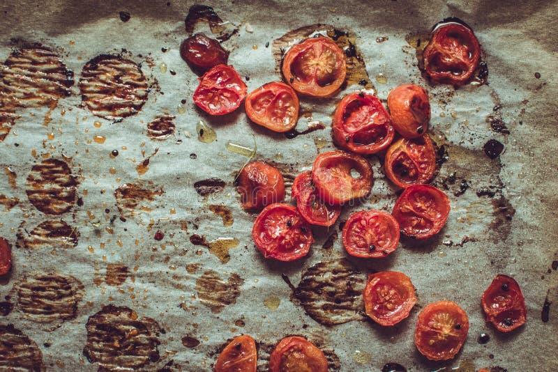 Cherry Tomatoes arrostito su pergamena fotografia stock libera da diritti