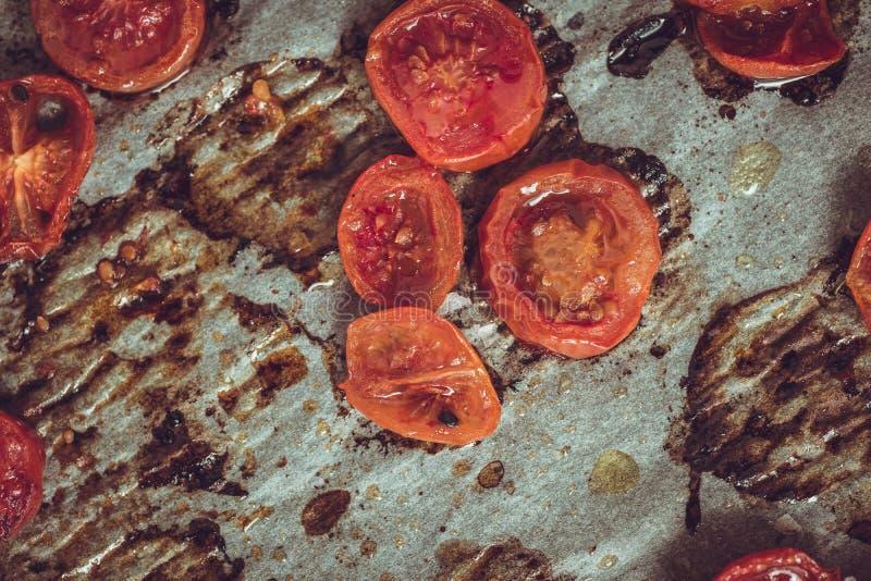 Cherry Tomatoes arrostito su pergamena immagine stock