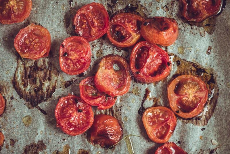Cherry Tomatoes arrostito sulla pergamena di cottura immagini stock libere da diritti