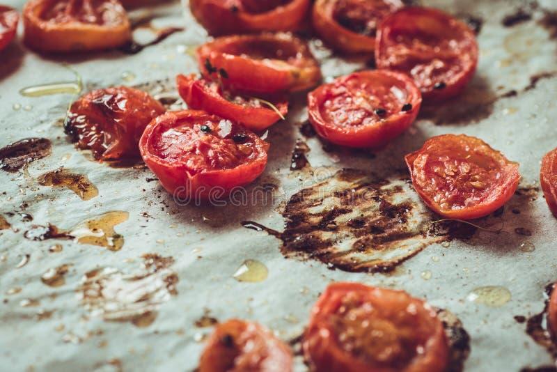 Cherry Tomatoes arrostito sulla pergamena di cottura fotografie stock