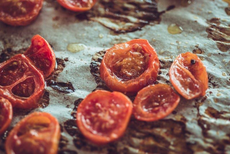 Cherry Tomatoes arrostito sulla pergamena di cottura fotografia stock libera da diritti
