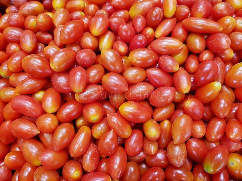 Cherry Tomatoes ha impilato, rosso, maturo e fresco fotografie stock