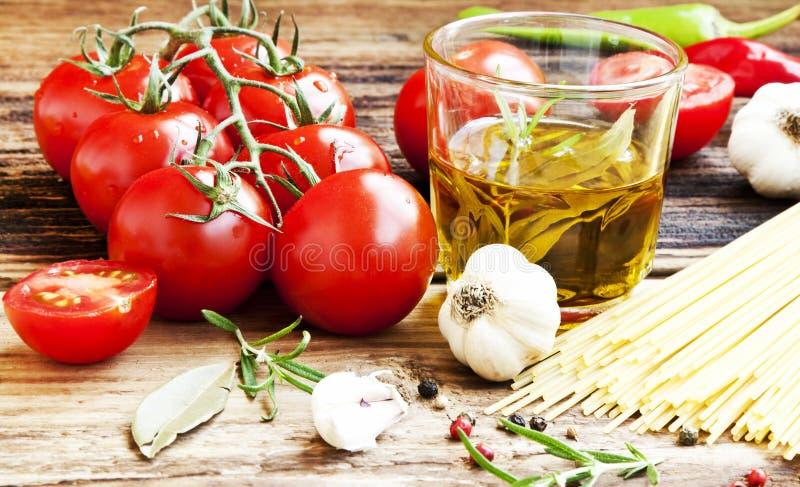 Cherry Tomatoes, Olive Oil, massa e especiarias, ingredientes italianos imagens de stock royalty free