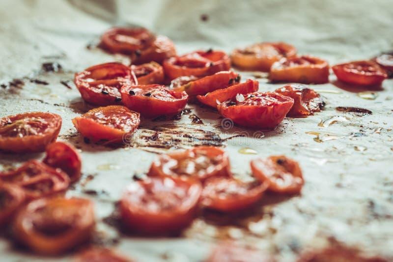 Cherry Tomatoes Roasted com sal, sésamo preto e Olive Oil fotografia de stock