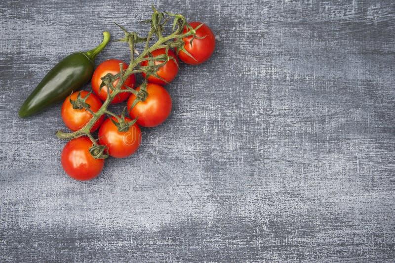 Cherry Tomatoes y chile verde desde arriba imagen de archivo libre de regalías