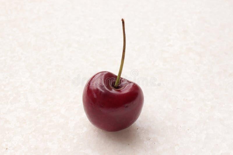 Cherry In un fond blanc images libres de droits