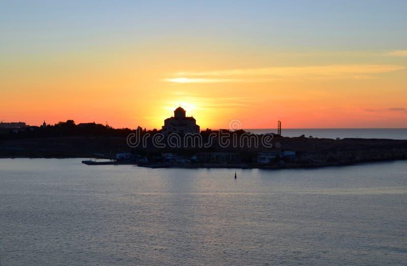 Chersonese Взгляд собора ` s St Владимира через залив на заходе солнца стоковые изображения