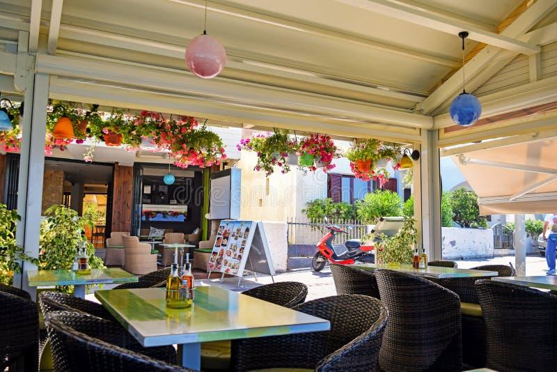 Chersonissos, Grecia, il 27 giugno 2015: Locanda, ristorante o caffè greco tipico in Chersonissos immagine stock libera da diritti