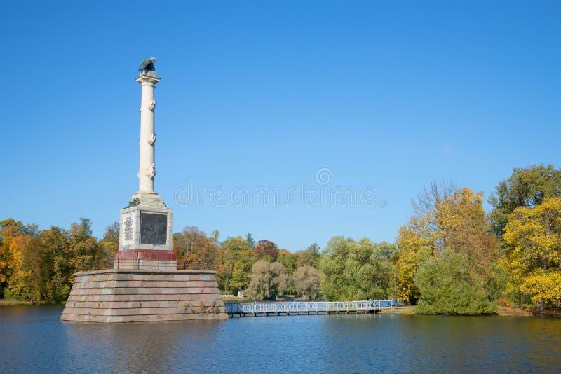 Chesme kolumna w Dużym stawie Jesień w Catherine parku, Tsarskoye Selo zdjęcia royalty free