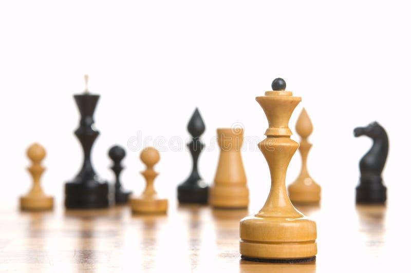 chessboard bierki niektóre zdjęcia stock