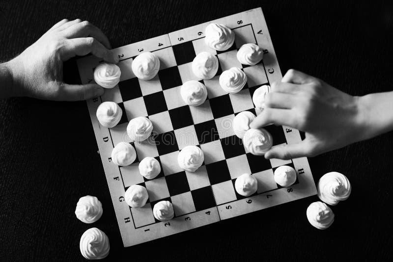 Chessboard com biscoitos brancos merengue em vez de xadrez fotos de stock royalty free