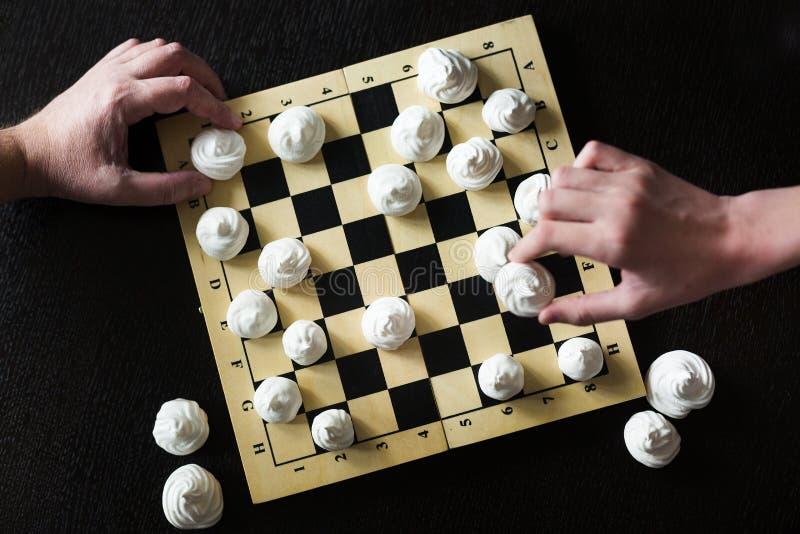 Chessboard com biscoitos brancos merengue em vez de xadrez fotografia de stock royalty free