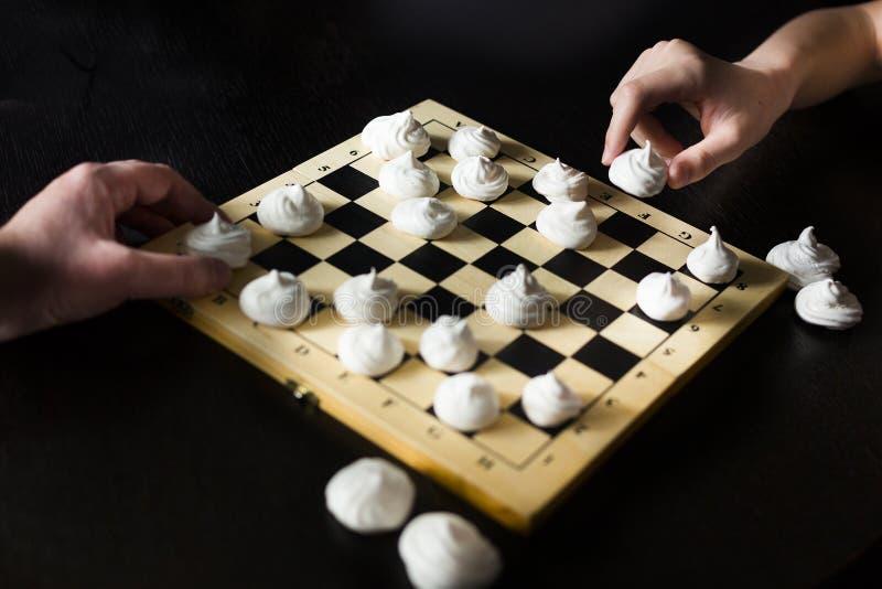 Chessboard com biscoitos brancos merengue em vez de xadrez imagem de stock royalty free
