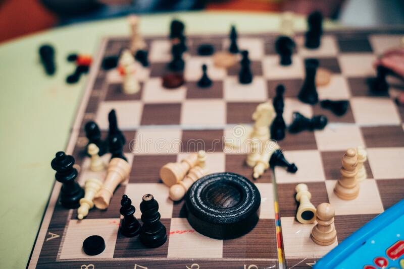 Chessboard con ajedrez disperso fotos de archivo libres de regalías