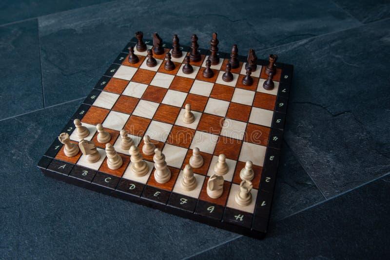 Chessboard de madeira com todos os pedaços foto de stock royalty free