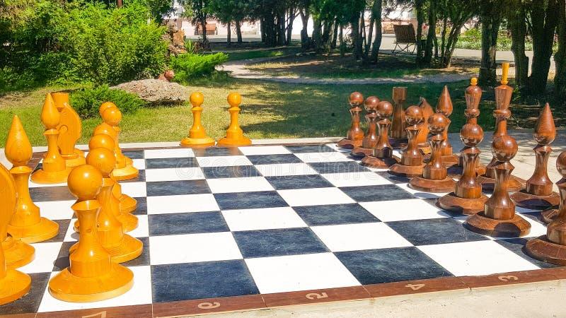 Chessboard gigante no Parque Números para o jogo no xadrez sobre a natureza fotografia de stock royalty free