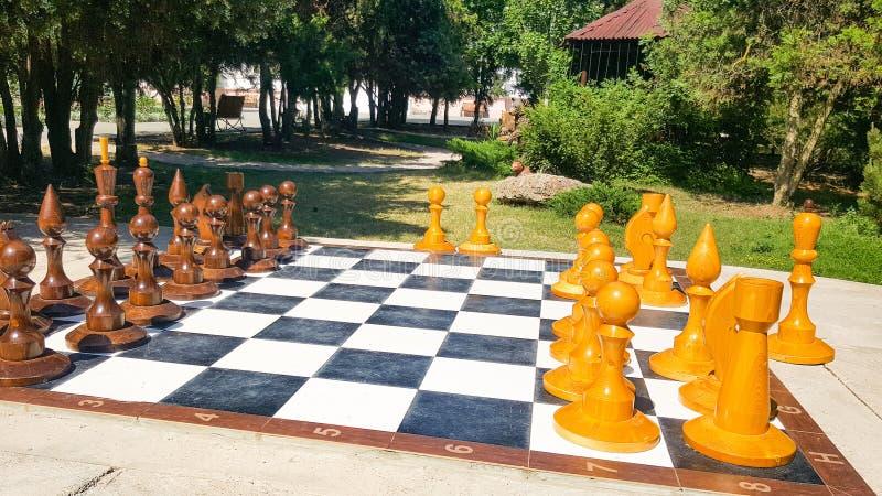Chessboard gigante no Parque Números para o jogo no xadrez sobre a natureza fotos de stock