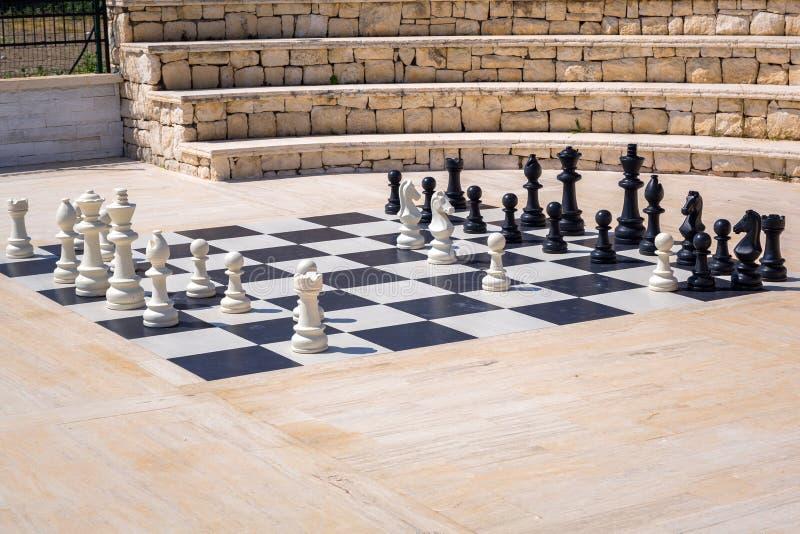Chessboard gigante para tocar ao ar livre fotografia de stock royalty free