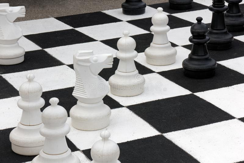 Chessboard gigante y peones foto de archivo libre de regalías