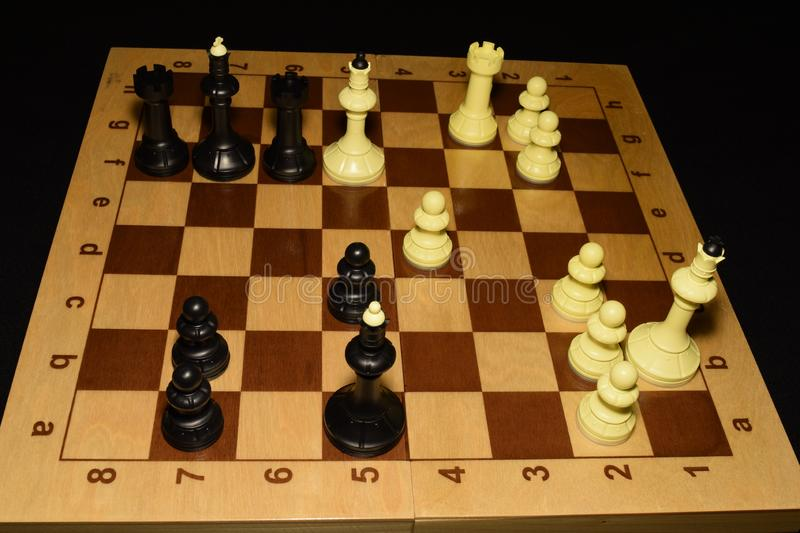 Chessboard i białe bierki jako gemowy tło zdjęcie stock