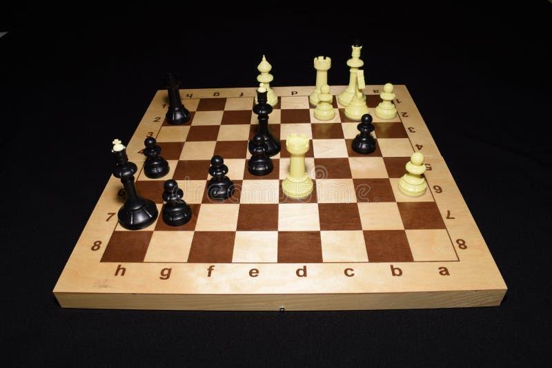 Chessboard i bielu kawałki jak strategia temat obraz royalty free