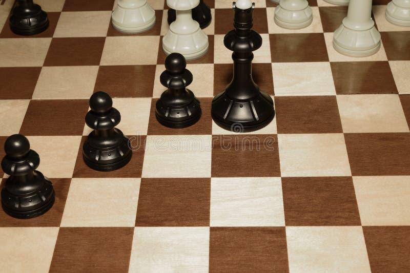 Chessboard i bierki jako gemowy tło fotografia stock